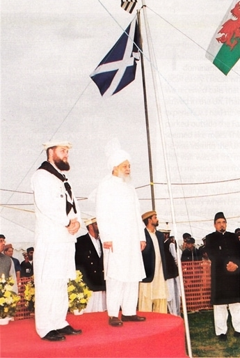 Ibrahim Noonan (right), alongside His Holiness Mirza Tahir Ahmad, at the UK Khuddam Ijtema in 2000.